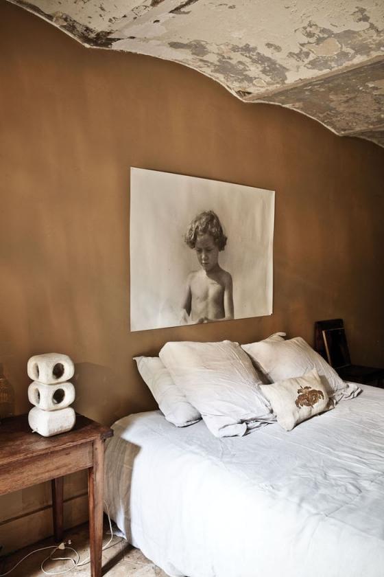 卧室很有复古艺术味道,床头背景墙的画让人眼前一亮