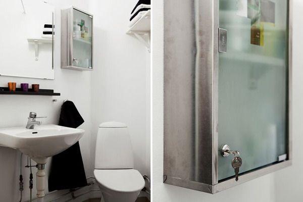 透明玻璃的浴室柜,让单调的卫生间陈设变得有趣起来,这样的造型有点类似医院的药柜。