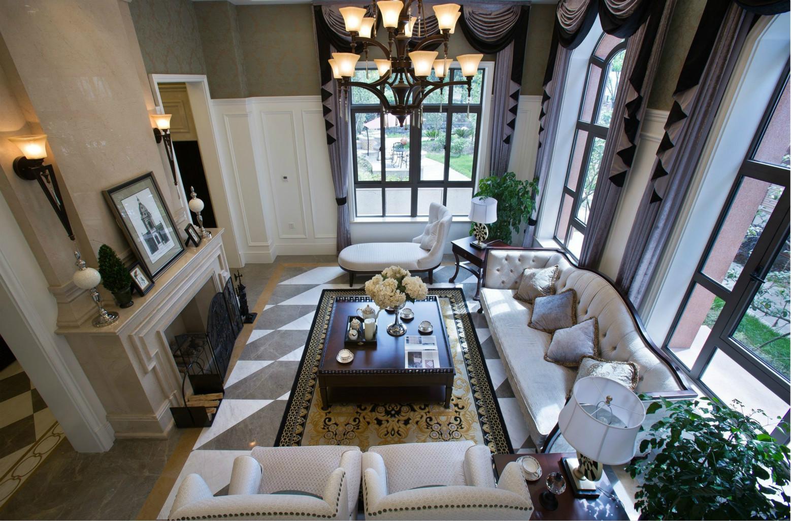 空间造型极为简洁、家具陈设以茶几为中心,窗相呼应,