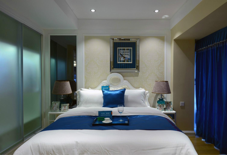 感受到主人设计的用心,舒适的卧室,床头上方的台灯设计极具现代艺术气息,精致可爱。
