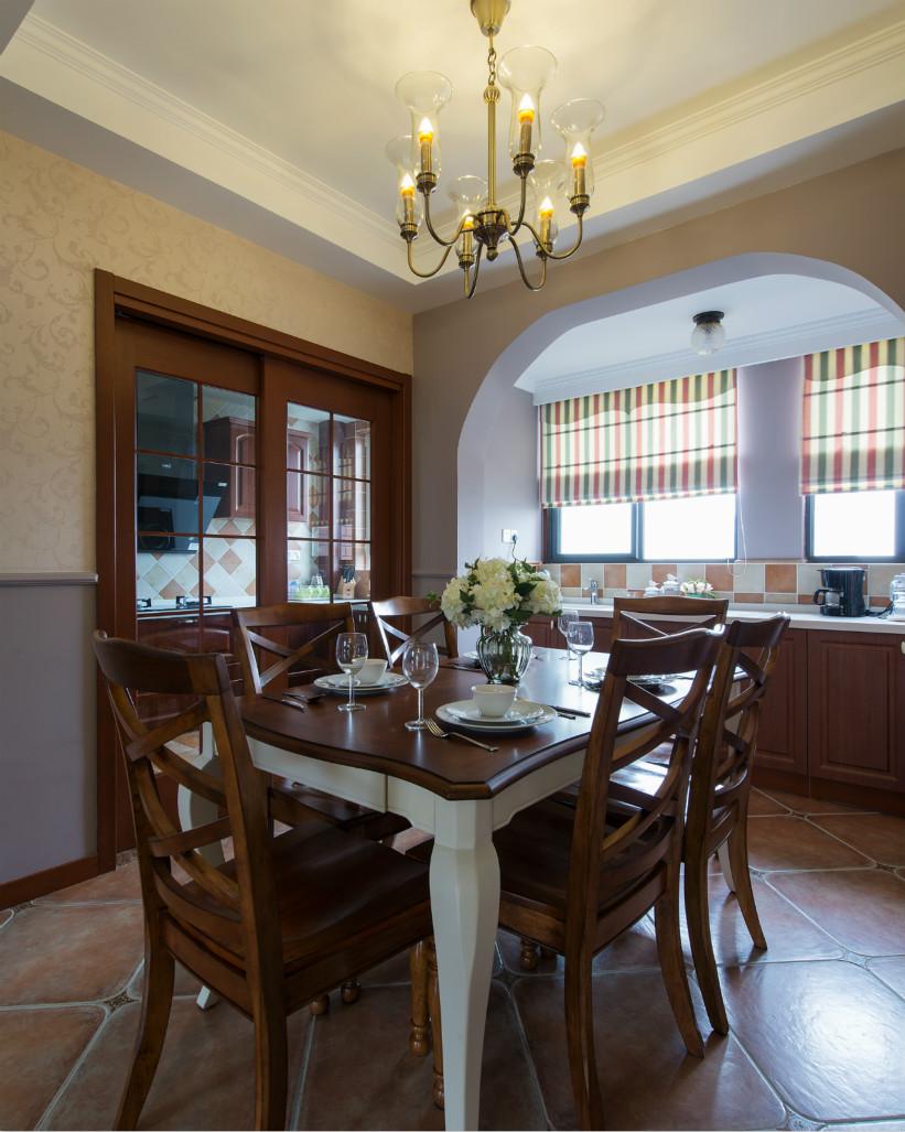 餐厅虽然面积不大,但是木制桌椅营造出了仪式感与庄重。