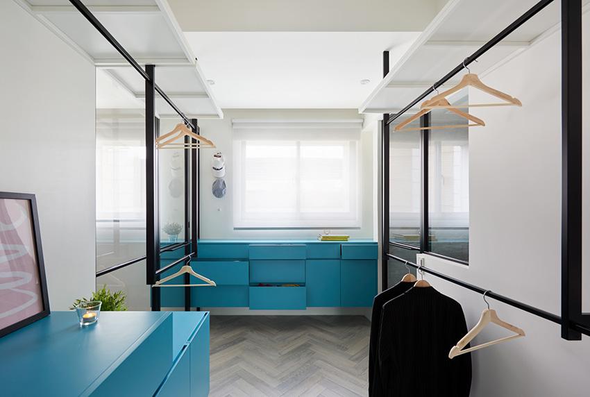 更衣室是卧室的焦点,视线由蓝色木作柜贯穿。