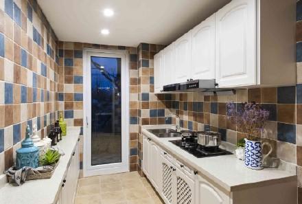 白色的橱柜将油烟机掩盖了起来,墙面以黄色为主色的墙砖进行铺贴,使得厨房空间更加具有独特的设计特色。