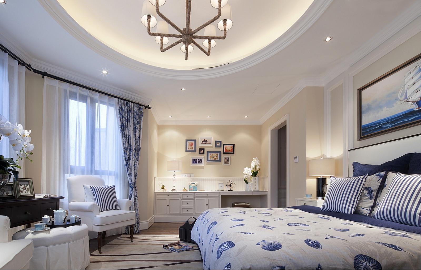 主卧设计的充满欧式优雅、浪漫,独具的生活情调让人舒心安逸,带来更加舒适的享受。