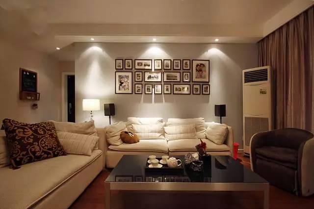 白色布艺沙发在三盏散射灯光下,整个家都变的温馨起来;