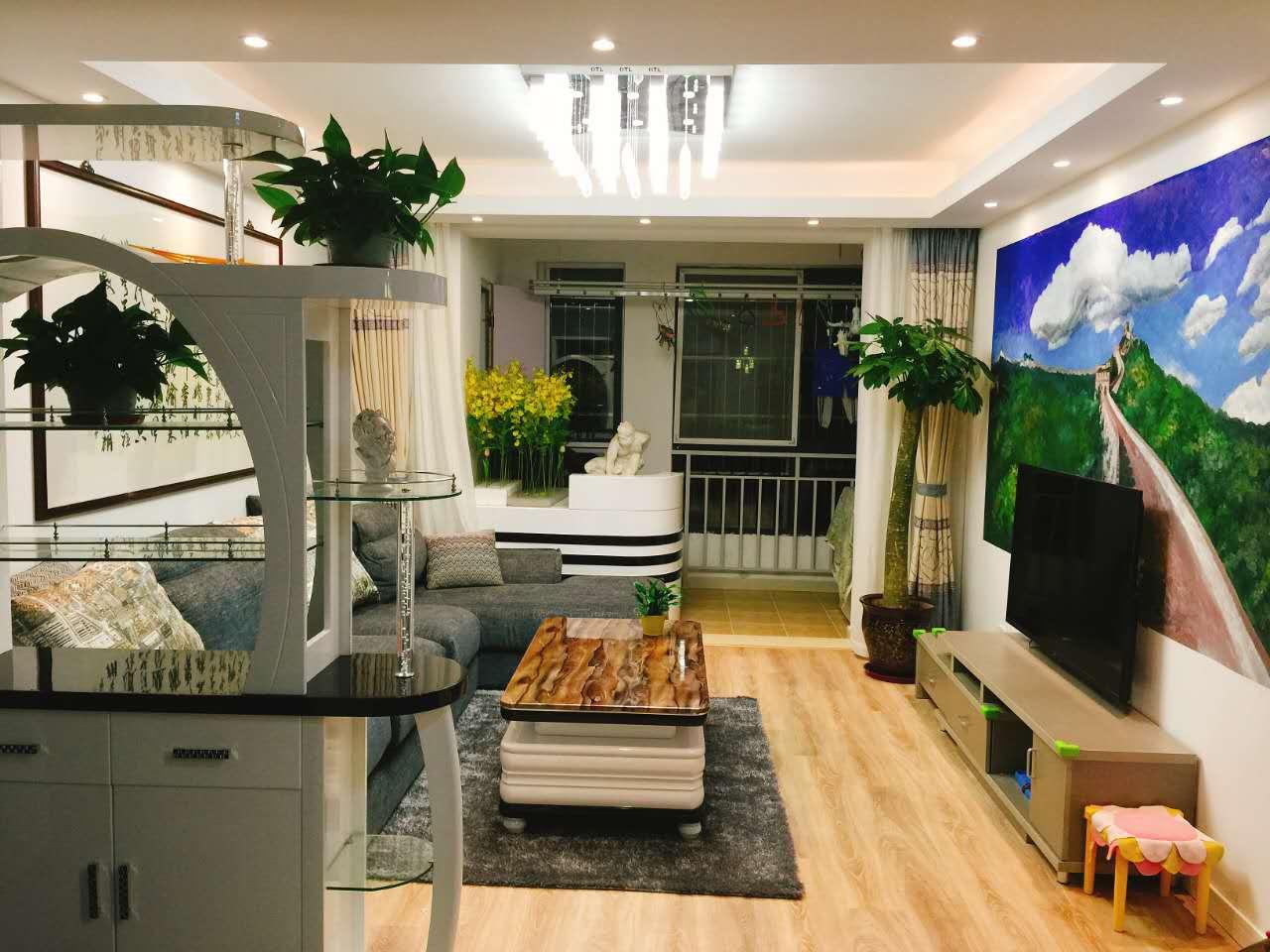 多宝格柜体除了划分空间外,装饰柜收纳功能也很强大,随意摆放的一些绿植也让空间充满了生活气息。