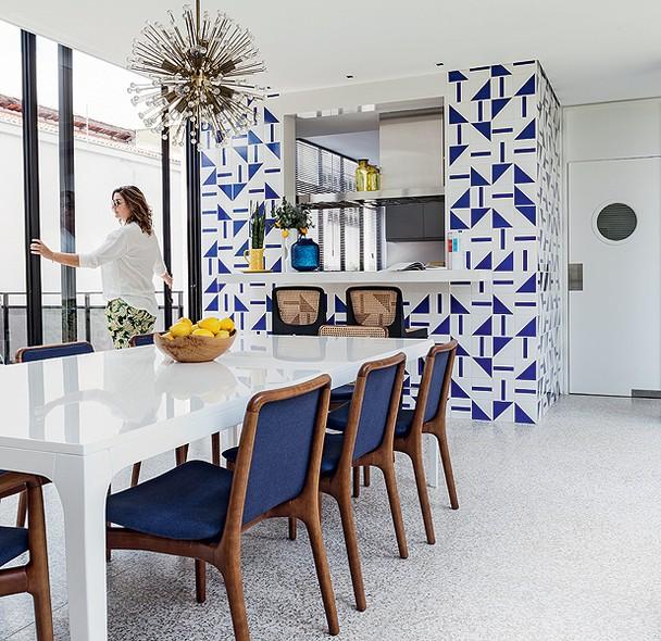 客厅以现代化的风格为主,大量的玻璃窗设置,让室内光线极为充足,明亮通透。