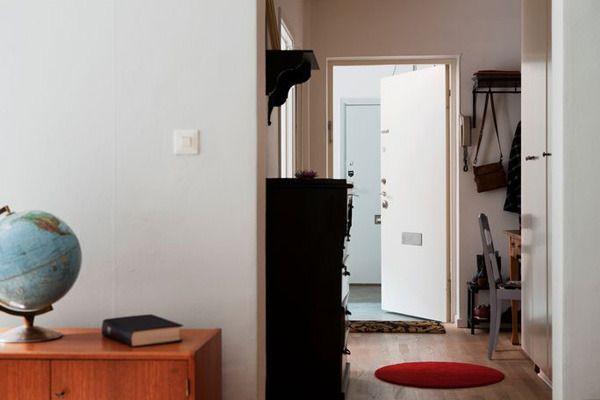 推开门,一个二手柜子放在过道边,充满了岁月感,梳妆台被放置在进门的左手边,充分利用了空闲空间。