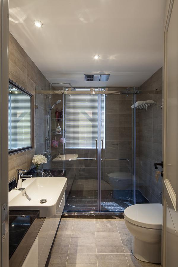 卫生间设计了干湿分离,洗漱淋浴互不干扰,玻璃门延伸视觉效果,让空间更为宽敞。