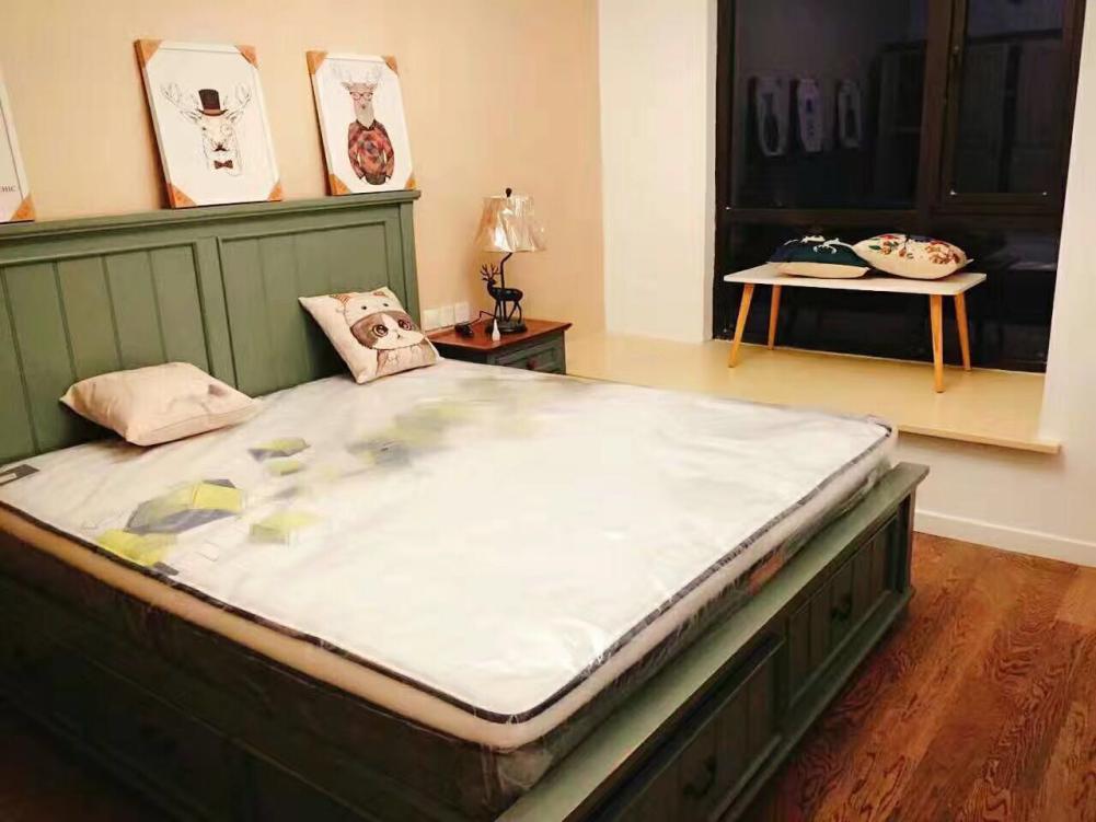 屋主说,卧室使他们在家呆的时间最久的地方,设计的目的就是要让屋主的卧室百看不厌,温馨有爱!