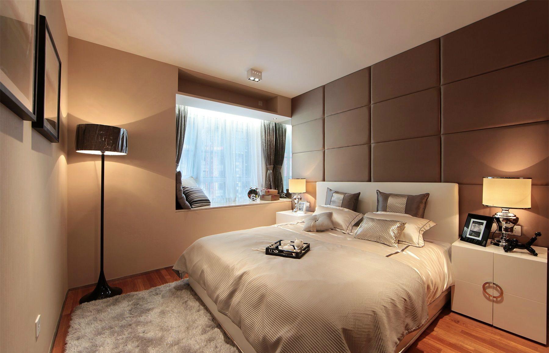 次卧床头背景墙的设计一种清新爽朗之感,白色的软包床配上布艺床品的设计,简洁雅致之感