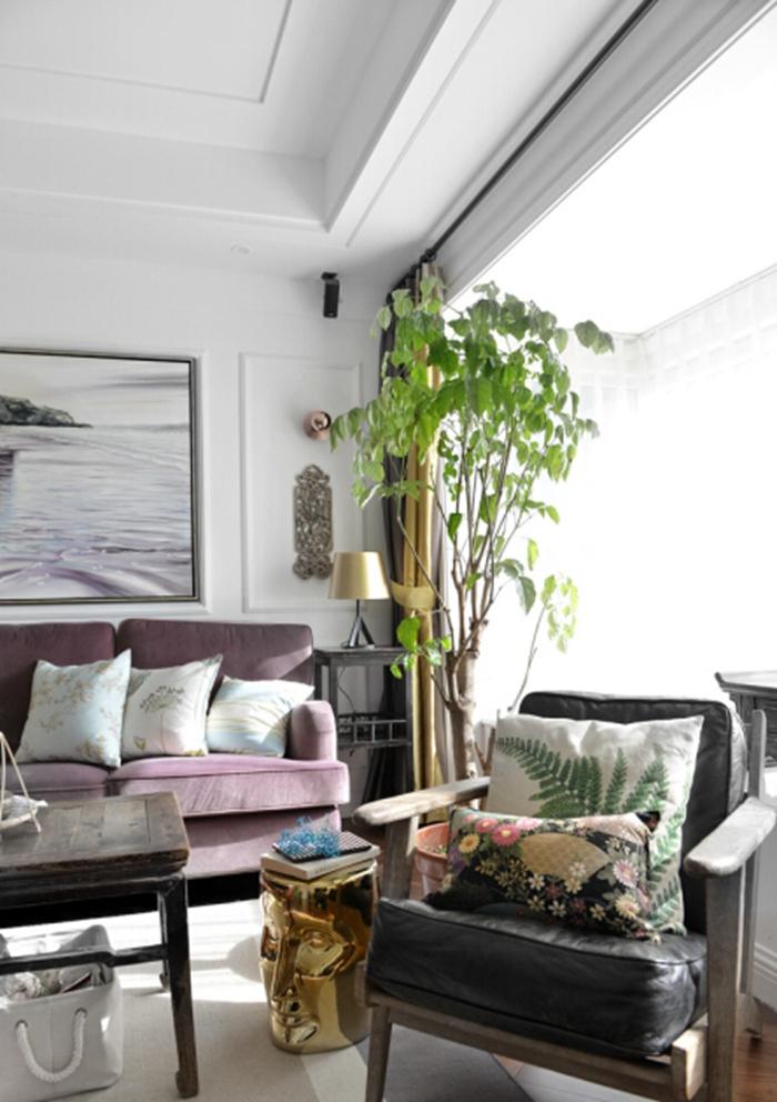 沙发的材质对比和围和感,能营造很温暖且轻松的舒适的居住环境。
