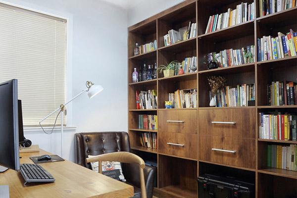 作为阅读、书写以及业余学习、研究、工作的空间,既是办公室的延伸,又是家庭生活的一部分。