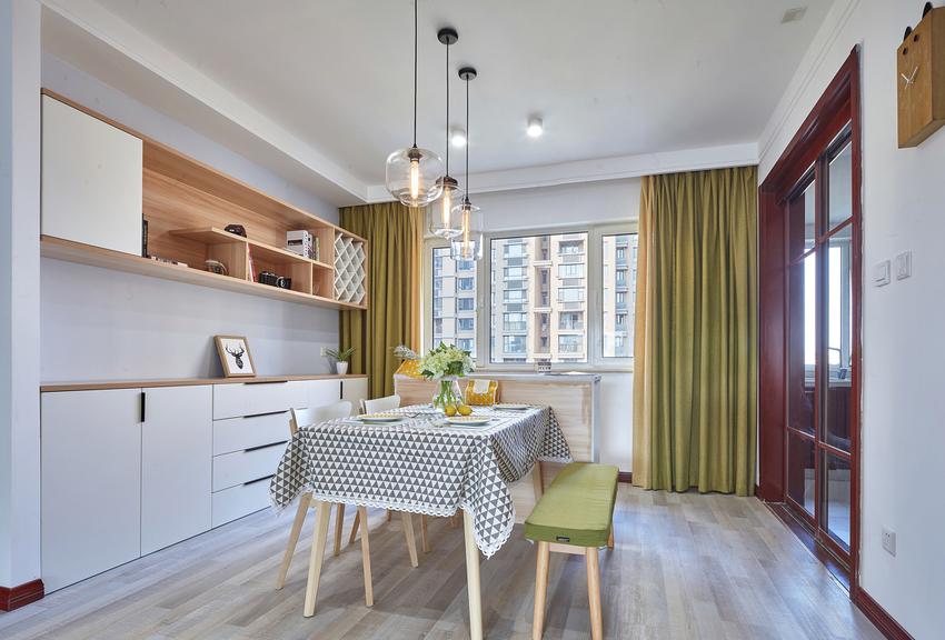 餐厅的设计同样出彩,多功能的嵌入式餐边柜不仅满足了收纳更提升了餐厅空间的品质。