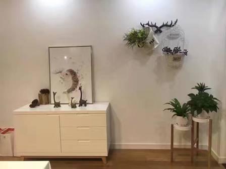 卡通造型的陶艺装饰品点缀在空间角落,营造出趣味的一角。
