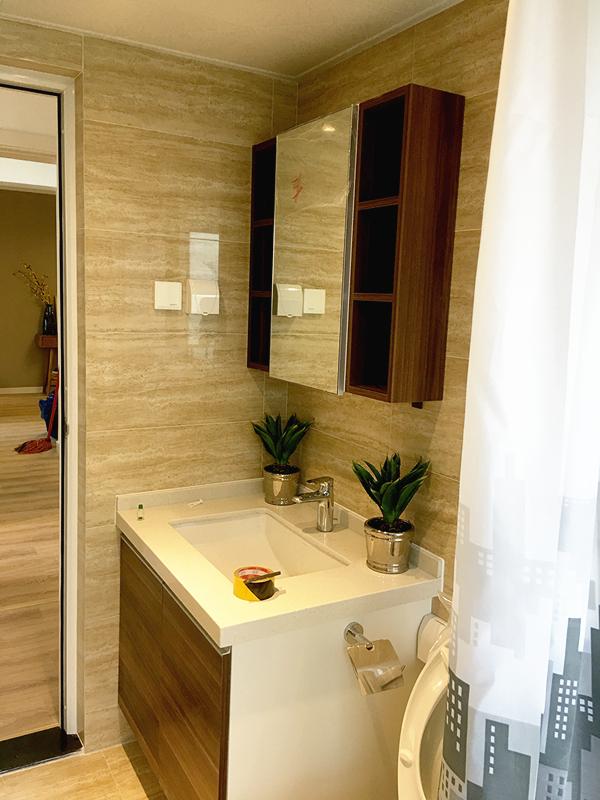卫生间干湿分离形式让整个空间更为整洁,浅色视觉增加了视觉效果。
