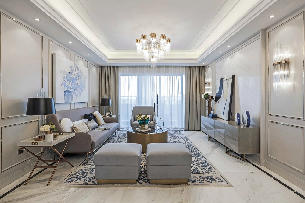 客厅使用咖色为主基调,高贵而简约,装饰画相互衬托,照明方式错落有致。