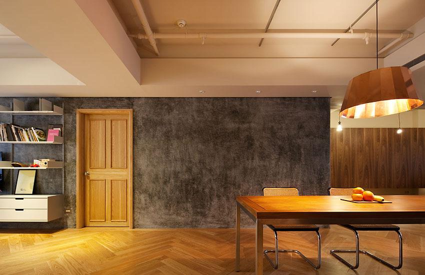 户型面积不大,进门就是客餐厅,在实木色家具和柔和灯光下,丝毫感觉不到水泥墙面带来的冰冷感。