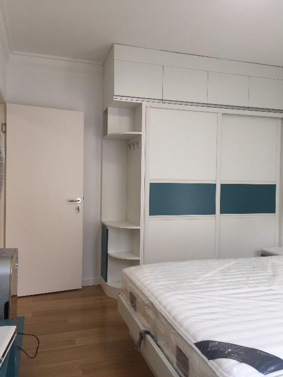 卧室还是以白色调为主,在窗台位置,业主匠心独具的设计了一个飘窗。