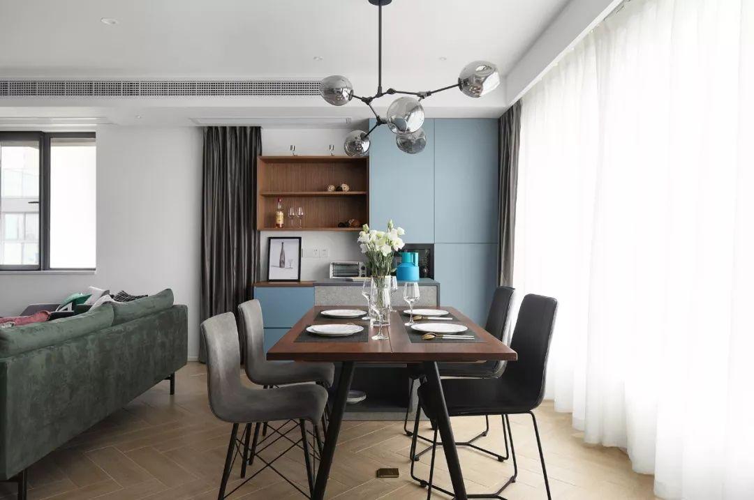 餐桌与一个定制的岛台相结合,一侧是西厨,体现的是一种非常年轻时尚的生活方式。