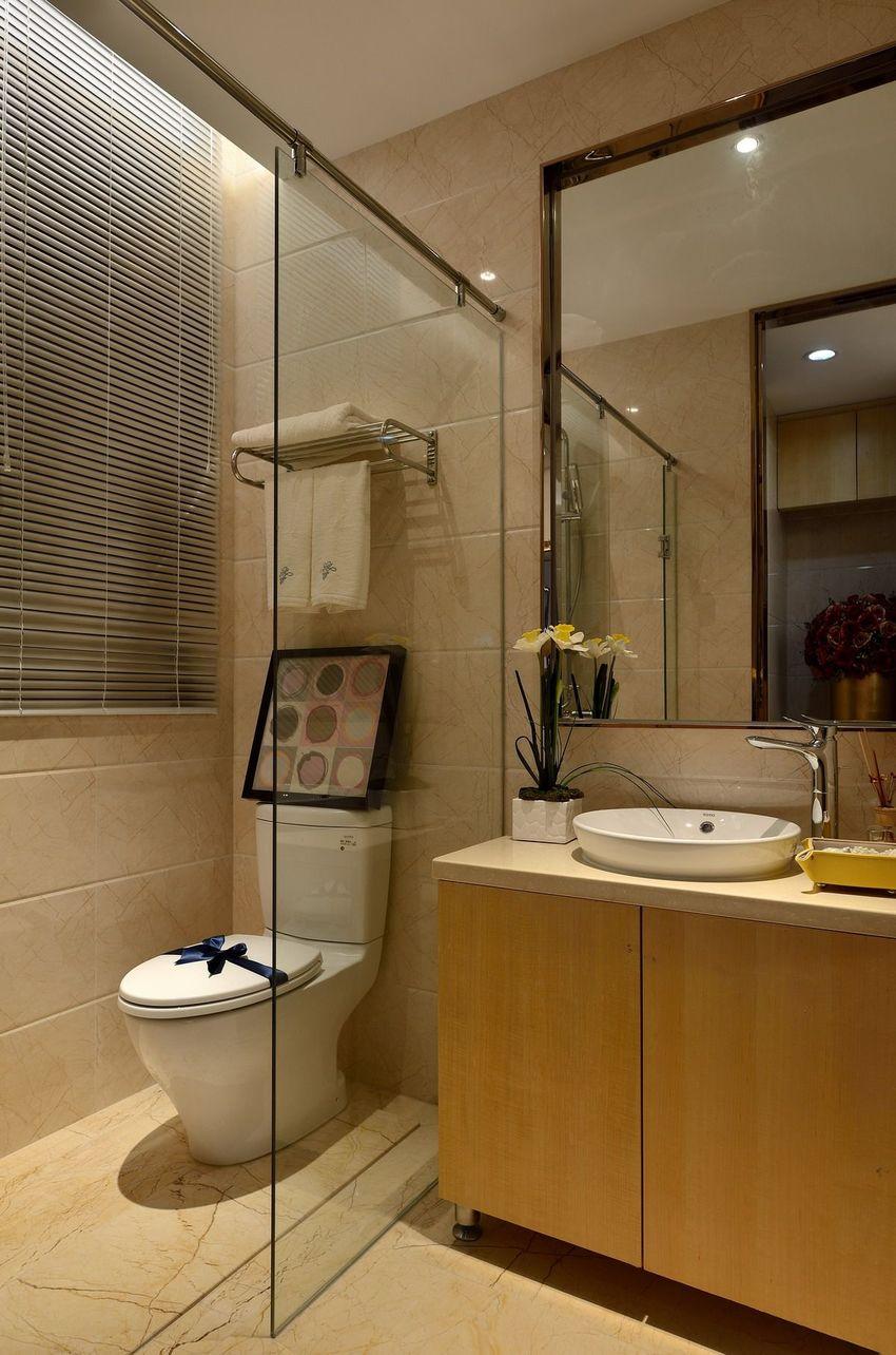 卫生间给人的感觉是暖融融的,灯光、墙地面、浴室柜是不同深浅的暖。