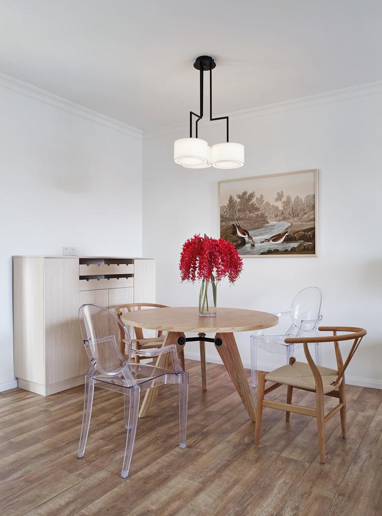后现代的透明椅子和木质家具的搭配,是现代与传统的碰撞。