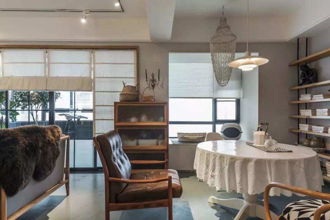 沙发后方是餐厅区域,独特的餐桌椅搭配,还有一张大皮质单人椅,在这个开放的空间风格内,也别有一番风味。