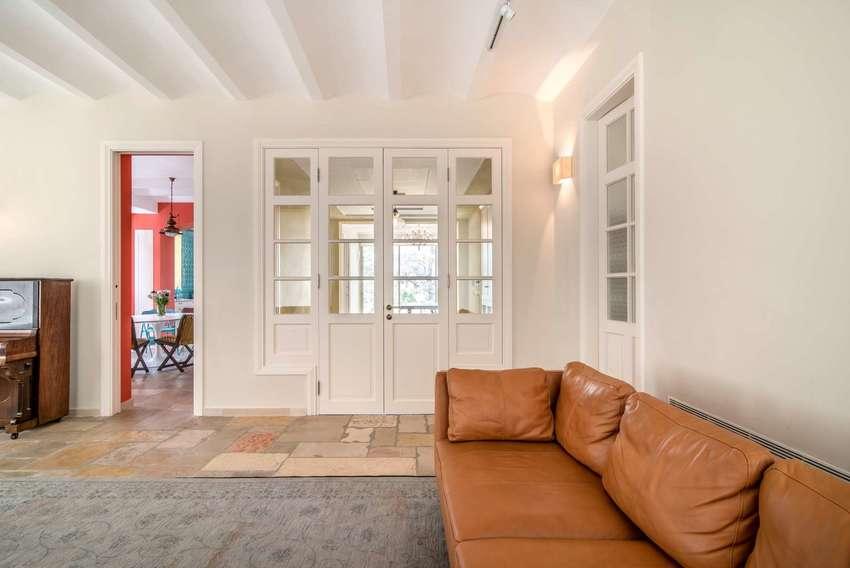 客厅看上去空间丰富,棕色皮质沙发成熟,造型又更现代。