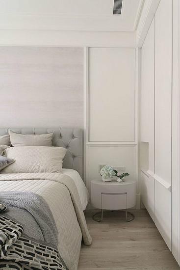 主卧墙上以禾筑团队制作、观叶植物为主的画作,绿与象征时尚的银色相调和,成为主卧舒适放松的焦点。