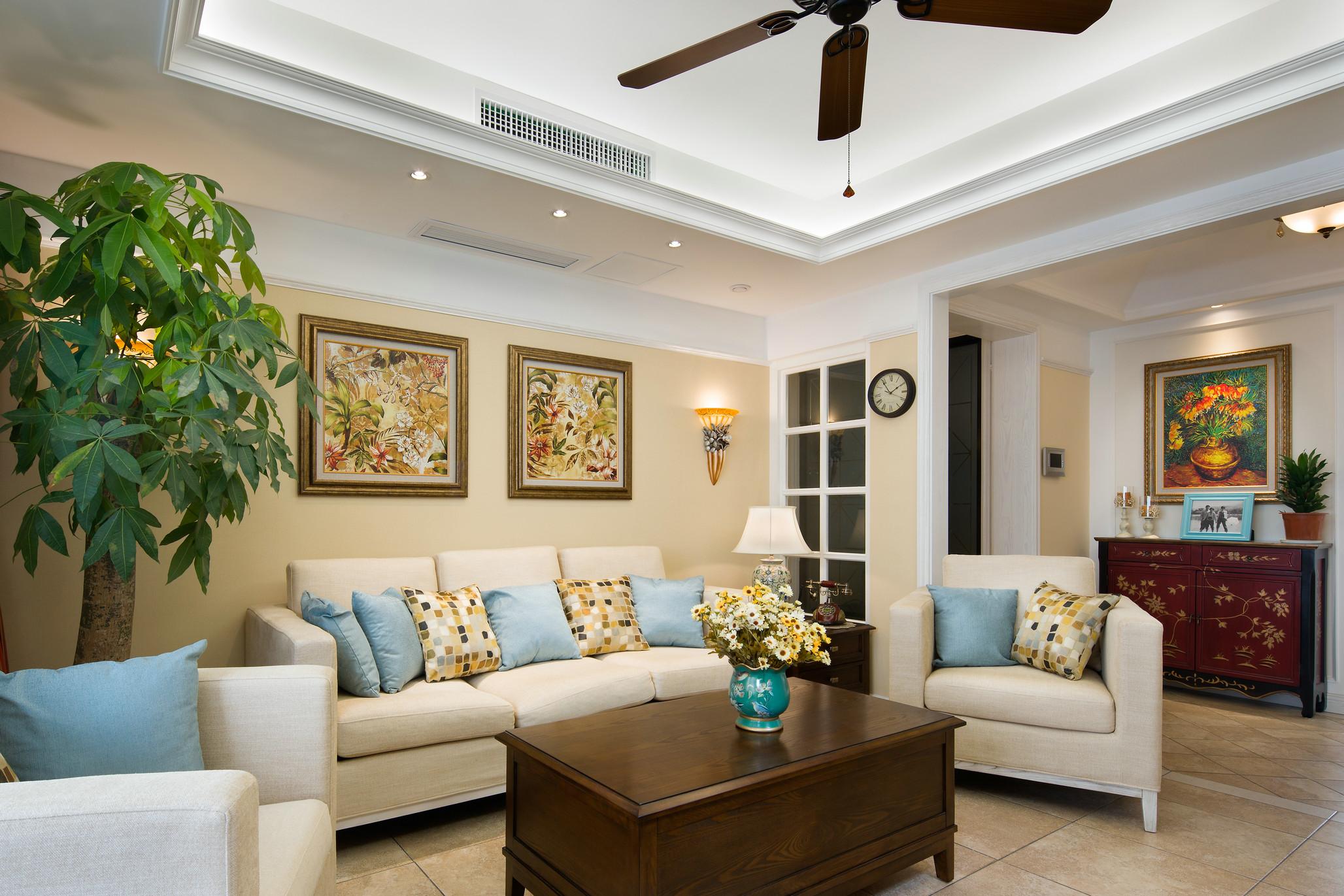 屋子的整体色调是浅色淡雅的,深色的吊扇与原木桌子,为房间增加了一些承重。
