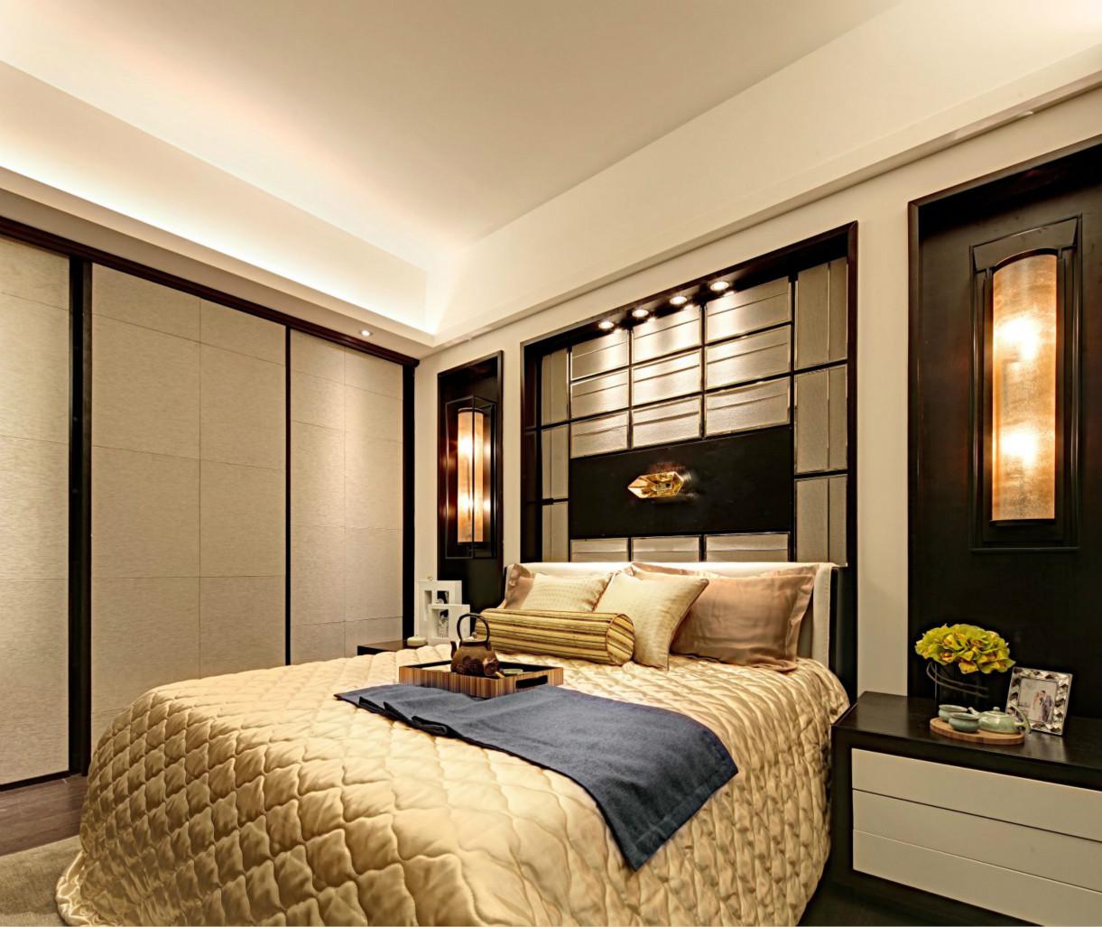 卧室装修简单而不失大气,欧式风情洋溢在房间每一个角落,绿色的盆栽让房间更有生气