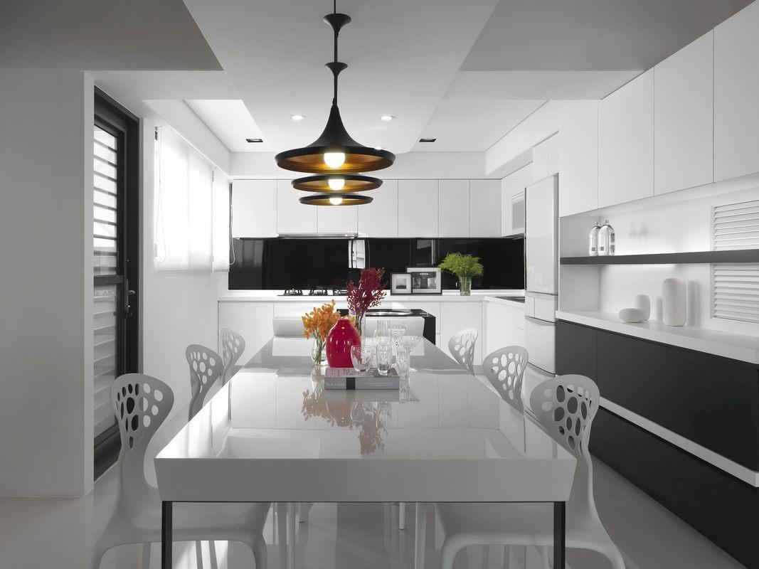 餐厨一体设计打开了空间布局,使视觉感观最大化,灯光带来温馨感受。