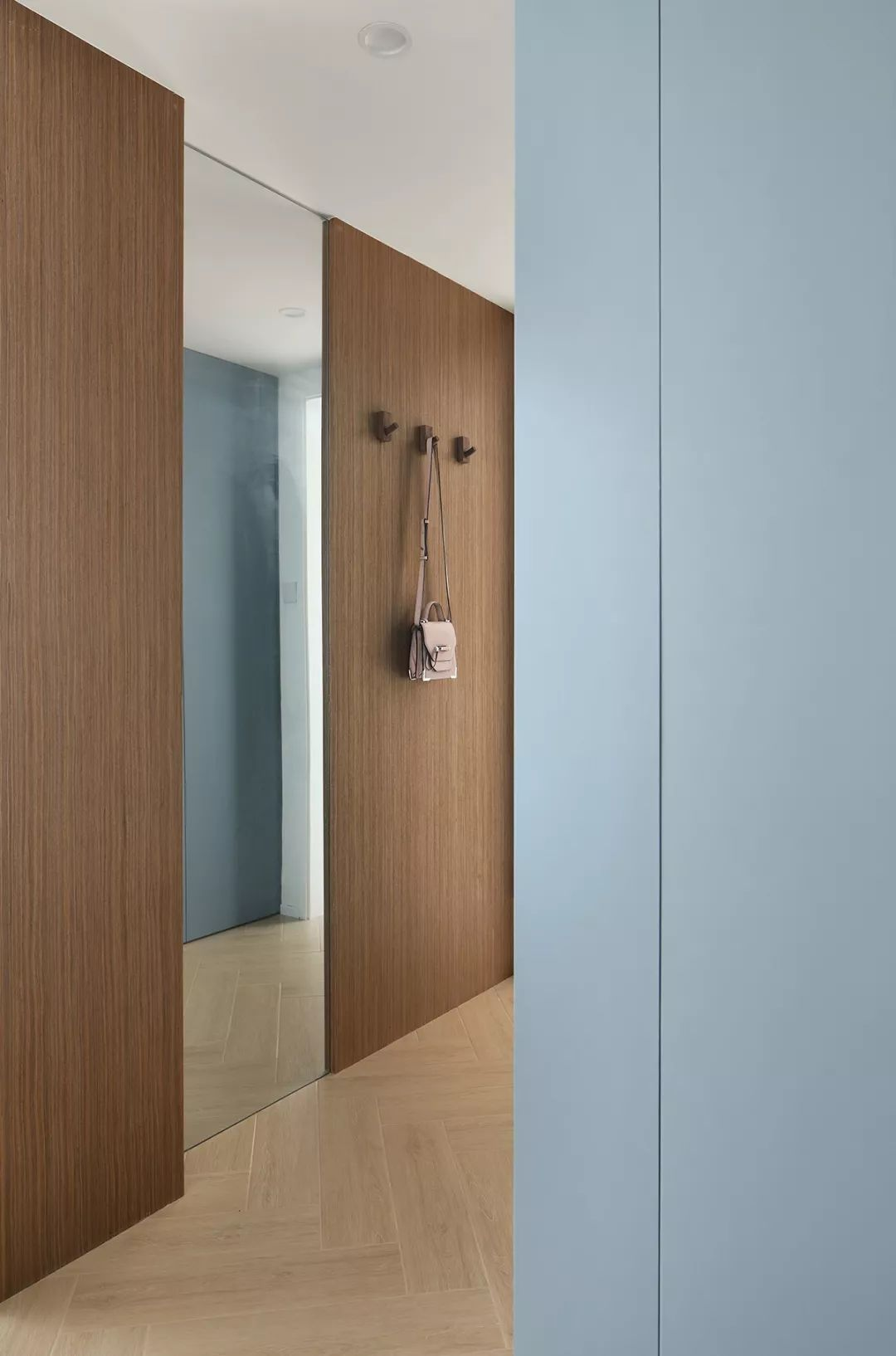 玄关穿衣镜方便业主整理衣冠,还起着视觉扩张的作用。