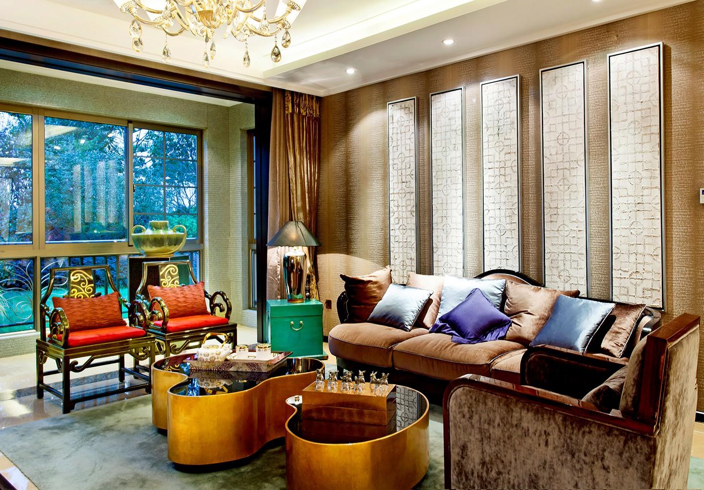 客厅的主色调是四种颜色交织,用一些彩色的抱枕打造趣味,颜色多而不杂。
