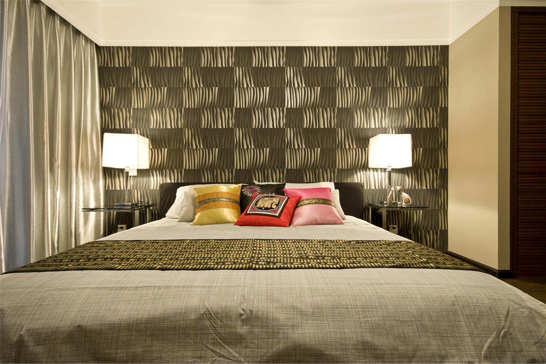 床头两边的台灯很是大气时尚