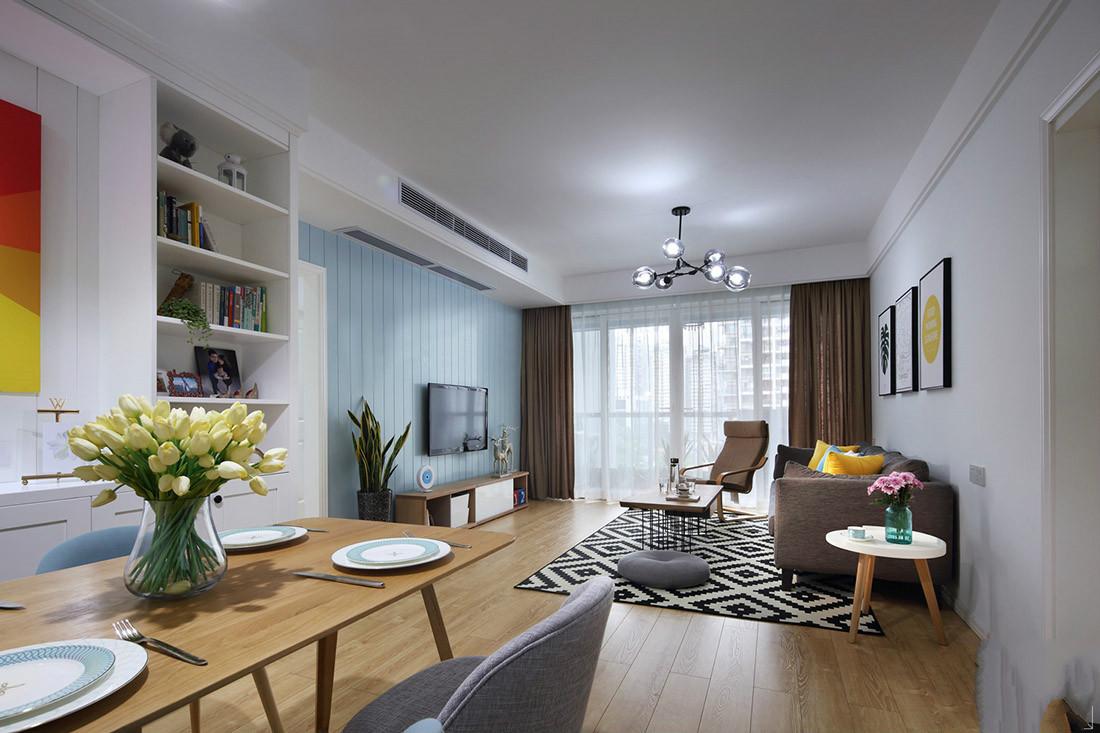 客厅和餐厅在一个区域,光线充足,简洁明净。
