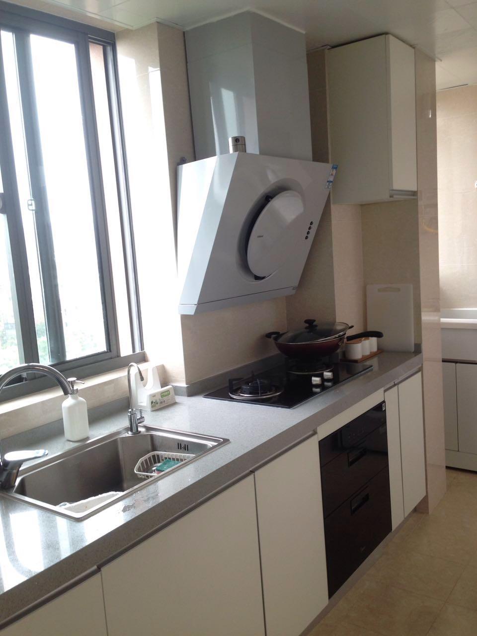 洗衣机嵌入洗手池下,充分利用家里的每一寸空间。