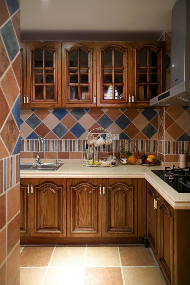 厨房面积较小,采用L型设计,原木色的橱柜显得很有质感,地柜和吊柜增加了收纳功能,每一处空间都极致利用