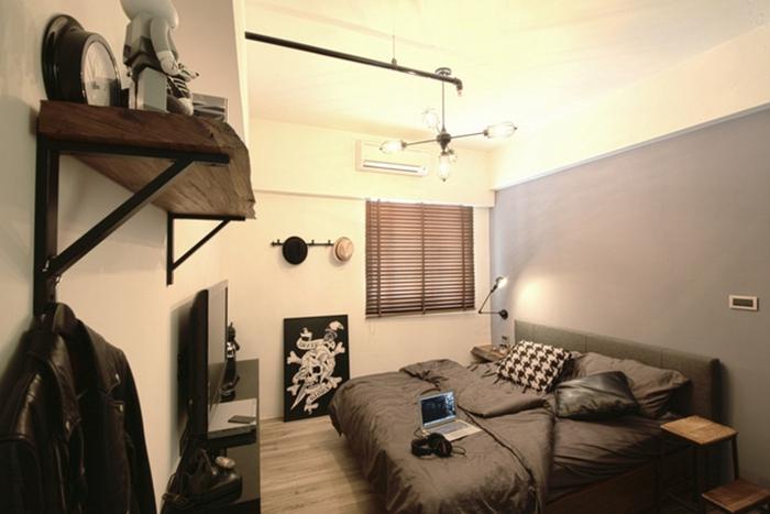 以工业风元素及吊灯作为搭配,并特调处屋主偏爱的铁灰藏蓝色墙面,让空间温润有余。