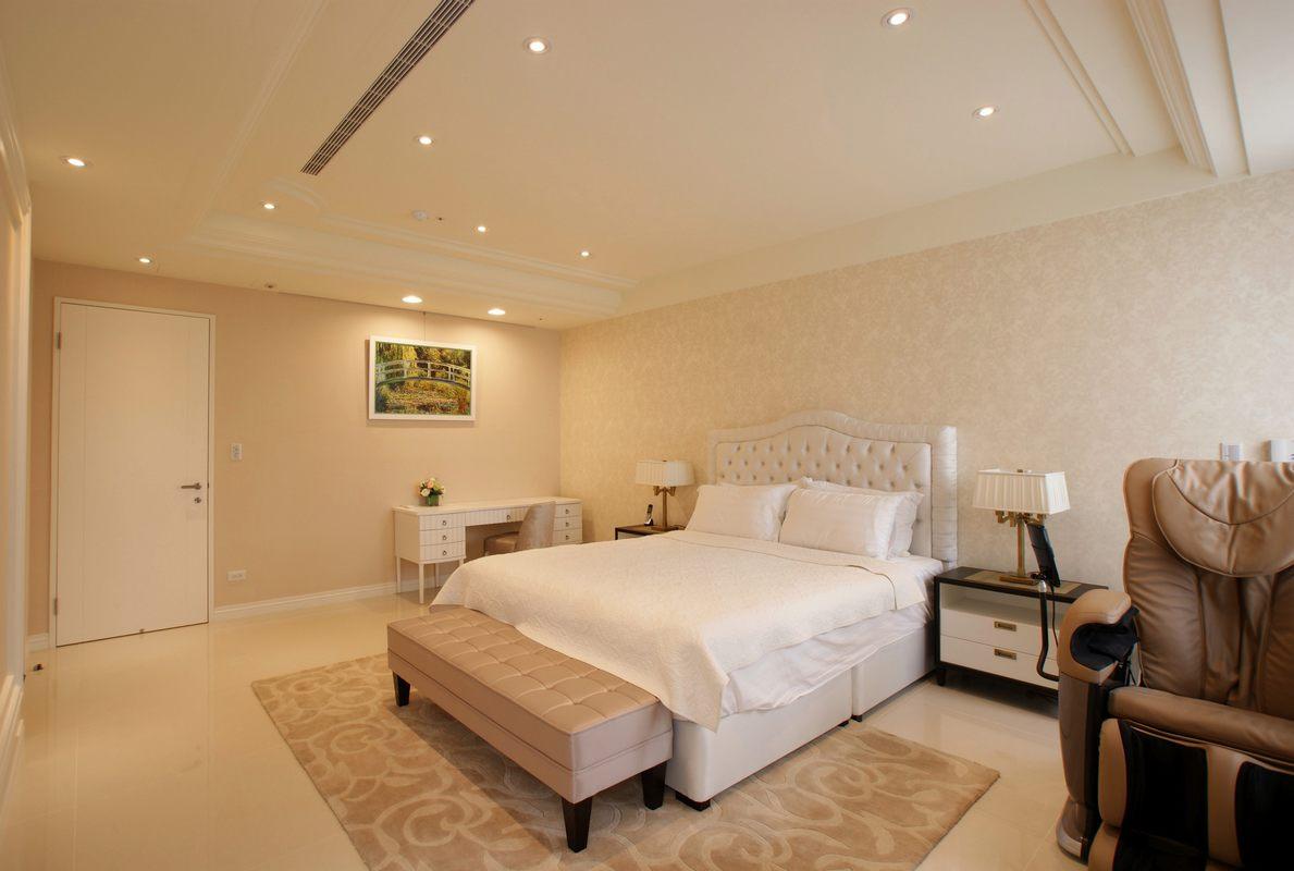 卧室宽敞,没有繁重的设计,墙壁上的绿色挂画让室内更显生机。