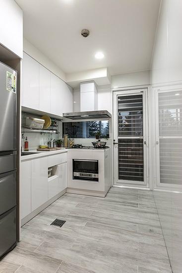 厨具经重新配置后,从一字型改为L型规划,提升整体收纳量,也让机能趋于完整。