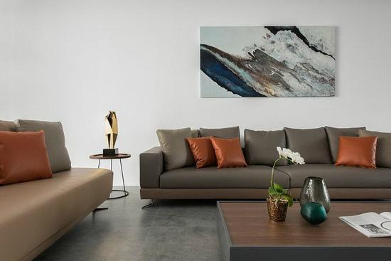 在纯粹的空间基底中,客厅设计透过精心挑选的家私与艺术品,表现生活的质感与品味。