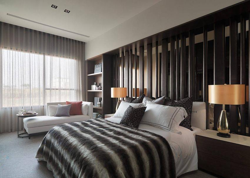 茶镜与绷皮拼贴直向线性的时尚感床头墙,于线条的粗细疏密间,营造动态的视觉景致。