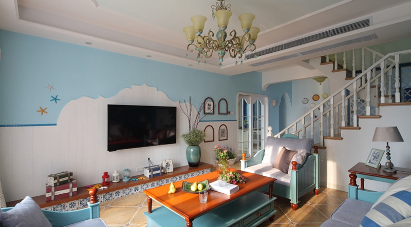 大部分的地中海家装,都已蓝色为主色调,客厅的木质桌椅加上布艺设计将硬朗与绵软结合。