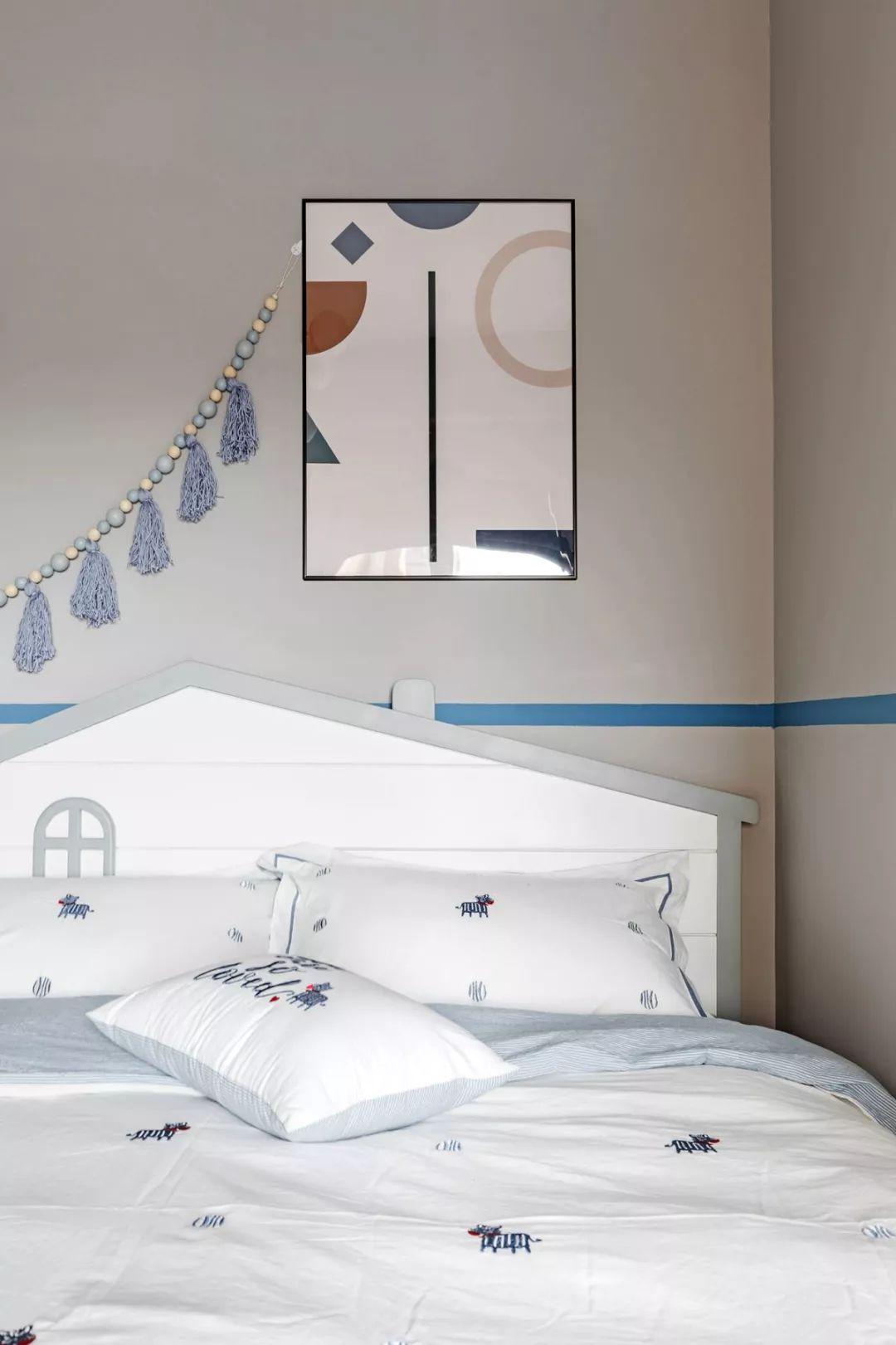 儿童房整体以浅色为基调,布置非常舒适。