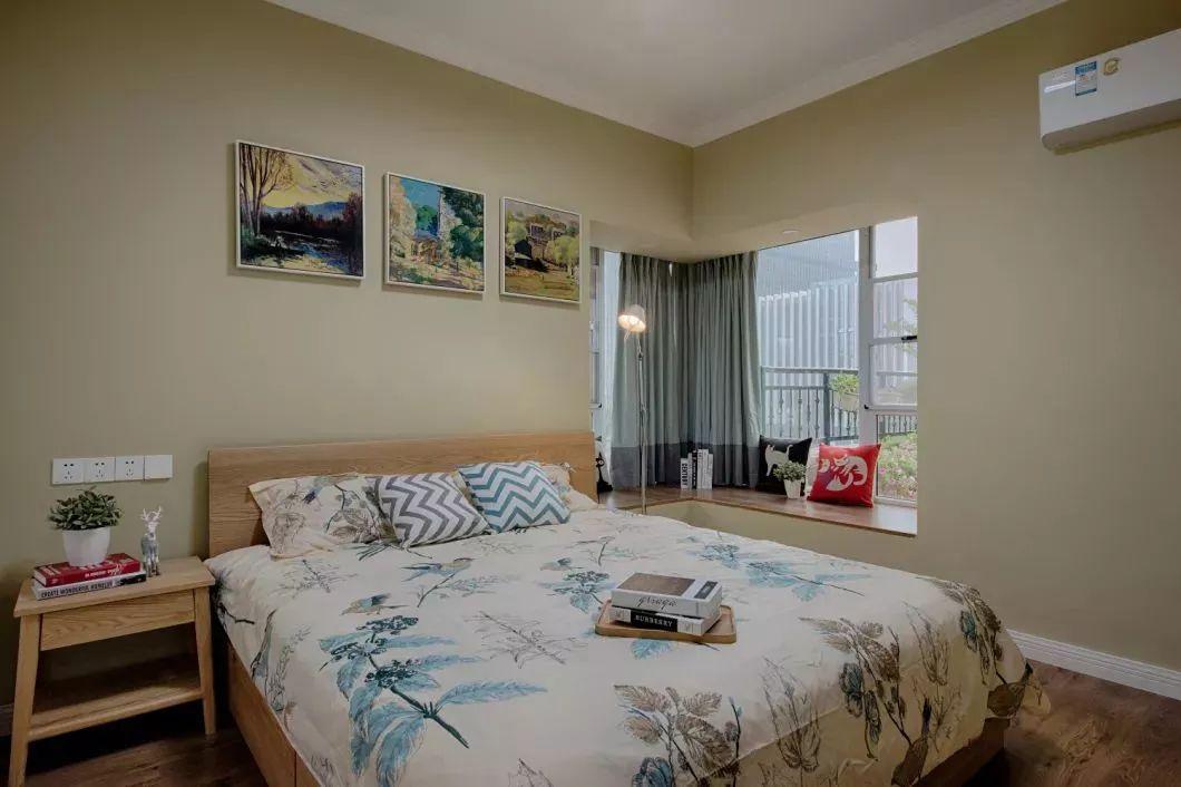 主卧室的设计非常温馨,淡绿黄色的墙面,原木感的床搭配一款植物叶子的床,整个卧室都充满优雅的自然感。