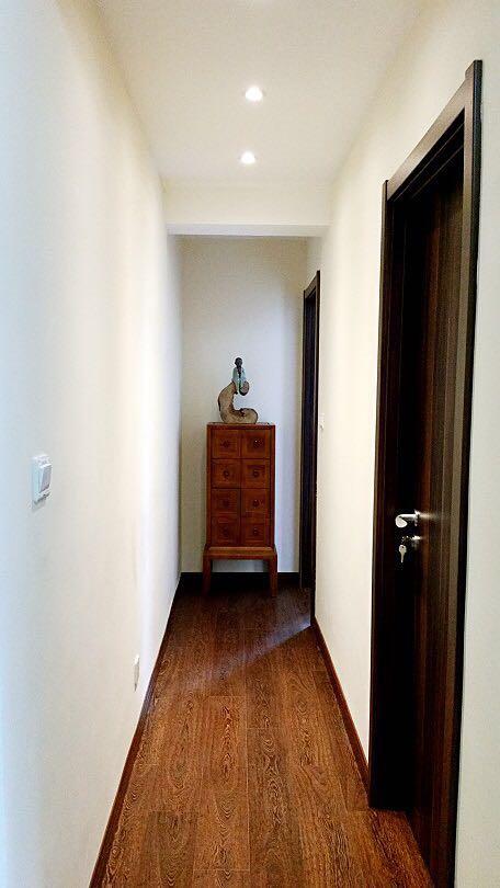 细长的过道尽头摆放着造型独特的艺术品,走廊尽头的细柜呼应着走廊的整体空间,严谨、庄重、有新意。