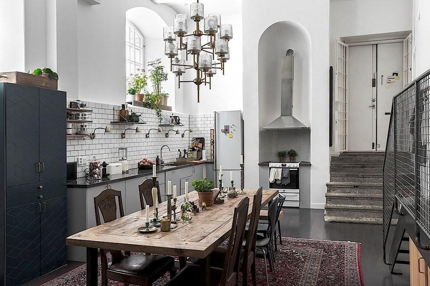 原木色的桌面,配以蜡烛,在这样的环境下,大口吃肉,大口喝酒,让人觉得原始粗犷。