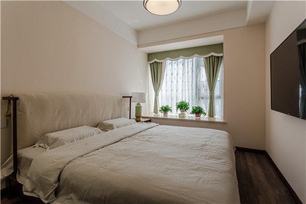 卧室并没有太多的装饰,单单以功能为前提,借米色漆粉刷墙面,并用蓝色窗帘来装饰飘窗,让空间生机不减。