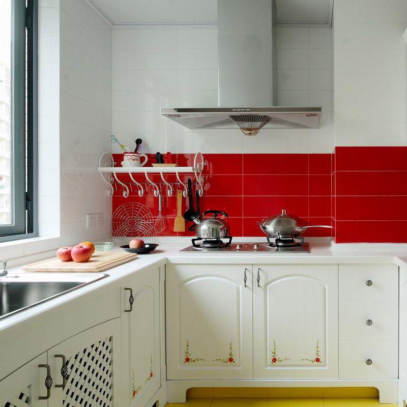厨房充分讲究了实用性,鲜艳的红色瓷砖让风格不会单调。柜门上的小花增添了一抹新鲜。